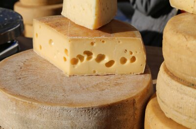 Fototapeta zralý sýr s otvory pro prodej na trhu