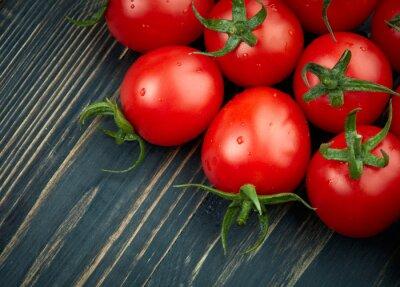Fototapeta Zralých rajčat na tmavém dřevěném pozadí