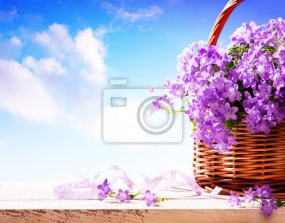 zvonky jarních květin v košíku