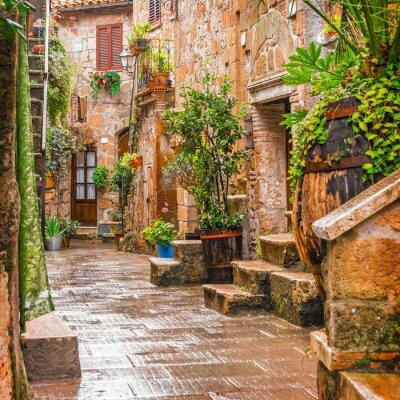Nálepka Alley ve starém městě Pitigliano Toskánsko Itálie