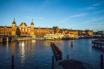 Nálepka Amsterdam, Nizozemsko - 15 ledna 2016: Slavné budovy Amsterdam Centrum zblízka na slunci nastavit čas. Obecně zobrazení na šířku. Amsterdam - Nizozemsko.