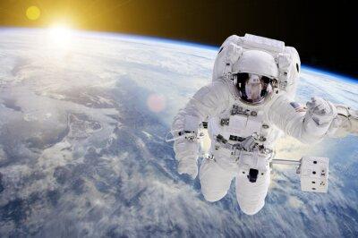 Nálepka Astronaut ve vesmíru, v pozadí naše Země slunce - Prvky tohoto obrázku zařízený NASA