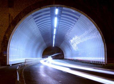 Nálepka auto světla v tunelu město v noci.