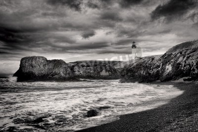 Nálepka B&W of lighthouse on coast in Newport, Oregon.