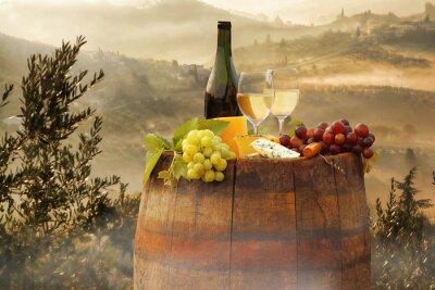 Nálepka Bílé víno s barel na vinici in Chianti, Toskánsko, Itálie