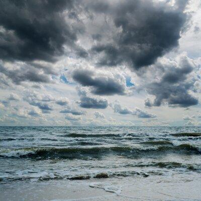 Nálepka bouřlivé nebe nad tmavým mořem
