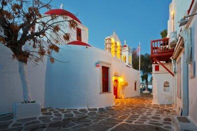 Nálepka Byzantský kostel v ulici města Mykonos na časných ranních hodinách.