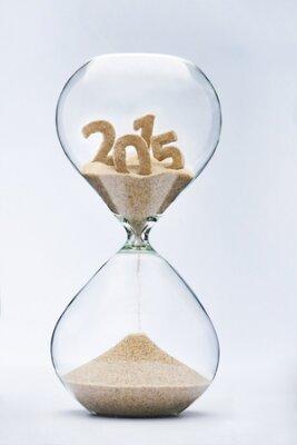 Čas utíká koncepce s přesýpací hodiny padající písek z roku 2015