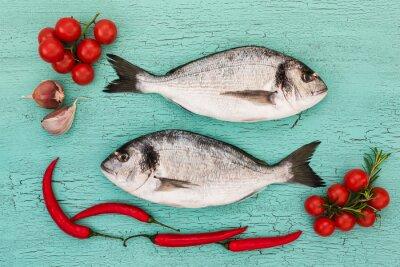 Nálepka Čerstvé dorado ryby se zeleninou na modré tabulky. Kopie vesmíru, pohled shora
