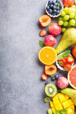 Nálepka Čerstvé rozmanité ovoce a bobule na světle šedém pozadí. Barevné čisté a zdravé stravování. Detoxické jídlo. Kopírovat prostor. Pohled shora.