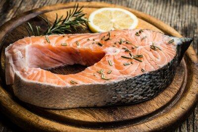 Nálepka Čerstvé syrové losos na dřevěném prkénku