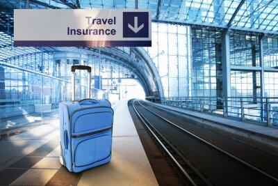 Nálepka Cestovní pojištění. Modrý kufr na nádraží