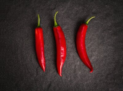 Nálepka chilli papričky na černém pozadí kamenné