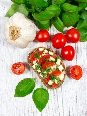 Nálepka Ciabatta chléb s rajčaty, mozzarellou a bazalkou.