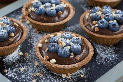 Nálepka čokoládová pěna s čerstvými borůvkami a ořechy v tartlets