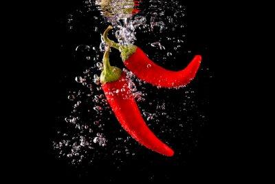 Nálepka Czerwona papryka wpadająca Do wody