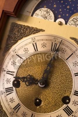 Detailní záběr starožitný hodinový ciferník: termín, pozdě pro práci, čas běží ven.