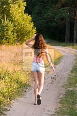 dívka chodí na chodník