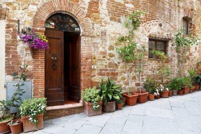 Nálepka Dlážděných ulicích v krásně zdobené stěny s barevnými květinami, Toskánsko, Itálie
