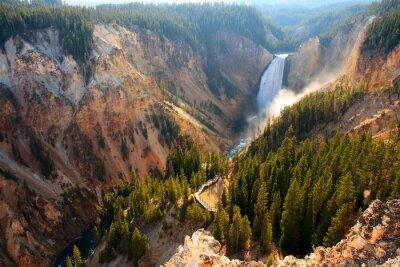 Nálepka Dolní Falls - Slunce svítí sprej jako řeka Yellowstone zhroucení přes spodní Falls v Yellowstone Grand Canyon.