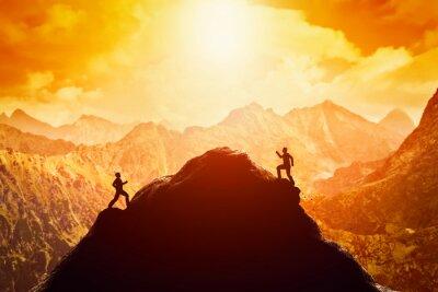 Nálepka Dva muži běží závod na vrchol hory. Soutěže, soupeři, výzva