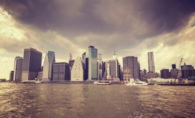 Nálepka Fialová starý film stylizovaný deštivé mraky nad Manhattan nábřeží, NYC.
