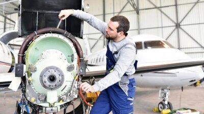 Nálepka Fluggerätemechaniker repariert Triebwerk von Flugzeug im hangáru // pracovníci opravy motor z letadla v hangáru