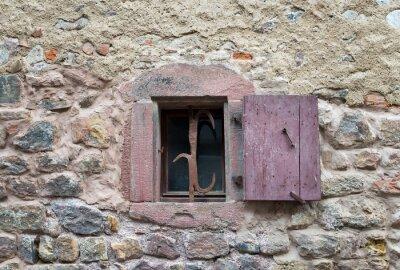 Nálepka Francouzské okno s uzavřenými starými středověkými dřevěnými okenicemi v uživatelské