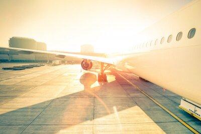 Nálepka Generic letadlo na terminálu bráně připraven ke startu - moderní mezinárodní letiště při západu slunce - Pojem emocionální cestování po celém světě - široký úhel zkreslení s vylepšeným sunshine odlesk