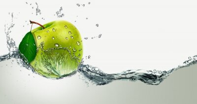Nálepka Green Apple uprostřed stříkající vodě.