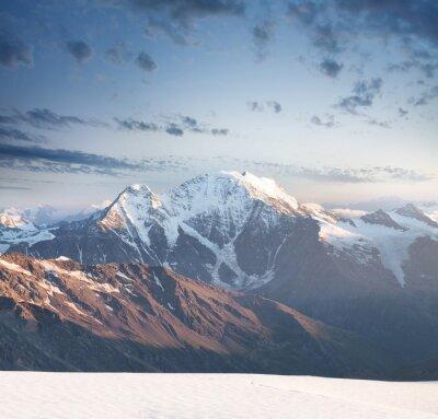 Nálepka High Peak Mountain při východu slunce. Krásné přírodní krajina v letním období ..