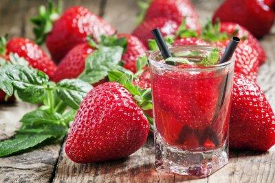 Nálepka Jahodový džus a čerstvé jahody s mátou, selektivní zaměření