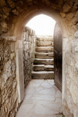 Nálepka Kamenná zeď s otevřenými dveřmi a paprsky světla za