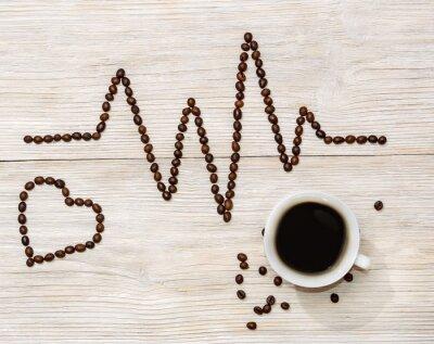 Nálepka kardiogram srdce a vyložil kávových zrn s šálkem kávy