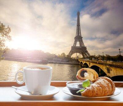 Nálepka Káva s croissanty proti Eiffelova věž v Paříži, Francie