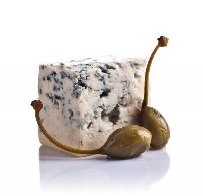 Nálepka konzervované kapary a modrým sýrem na bílém pozadí