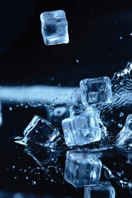 Nálepka kostky ledu s stříkající vodě