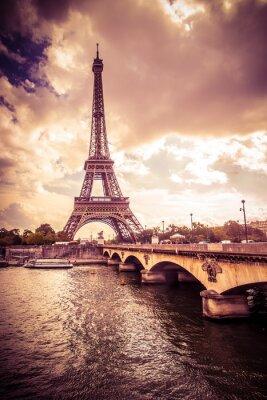 Nálepka Krásné Eiffelova věž v Paříži Francii pod zlatým světlem