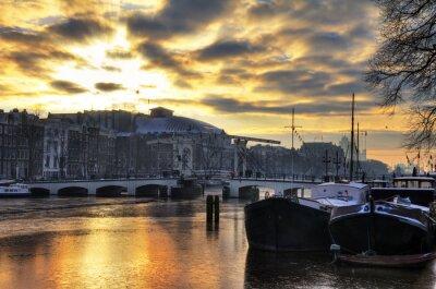 Nálepka Krásné zimní panorama řeky Amstel a Skinny Bridge v Amsterdamu, Nizozemsko. HDR
