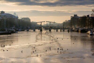 Nálepka Krásné zimní panorama řeky Amstel v Amsterdamu, Nizozemí, dívat se k Skinny Bridge.