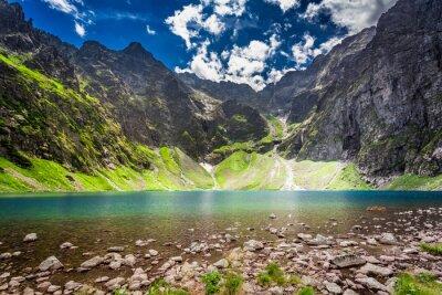 Nálepka Krásný rybník uprostřed hor za úsvitu