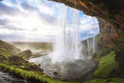 Nálepka krásný vodopád při západu slunce