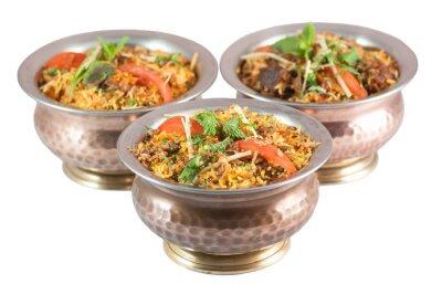Nálepka kuřecí biryani nebo vegetariánské biryani nebo indická rizoto v plechové misky