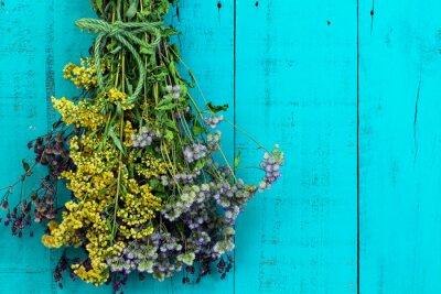 Nálepka Kytice sušených květin visící na starožitný rustikální modrozelený modré dřevěné pozadí