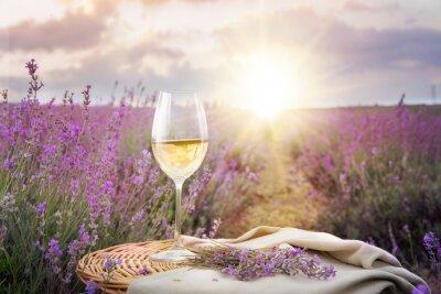 Nálepka Láhev vína proti levandule.