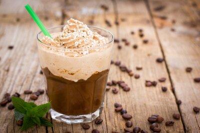 Nálepka Ledová káva se šlehačkou ve sklenici na dřevěný stůl