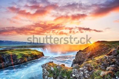 Nálepka Malebný západ slunce nad krajinou a vodopády. Hora Kirkjufell, Island