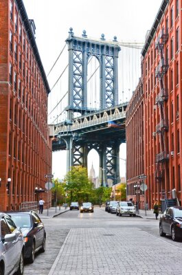 Nálepka Manhattan Bridge vidět mezi budovami v New Yorku