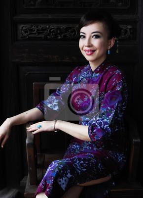 98ad79f8d2f9 Mladá dáma v tradiční čínské šaty sedí židli venku nálepky na ...