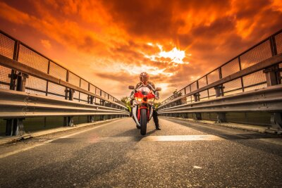 Nálepka Moto da strada pronta alla Partenza sotto un cielo rosso al tramonto
